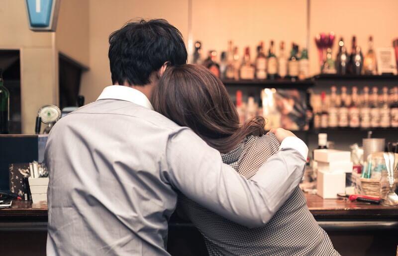バーで寄り添うお忍びカップル・帰りたくない