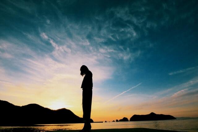 孤独・佇む女性